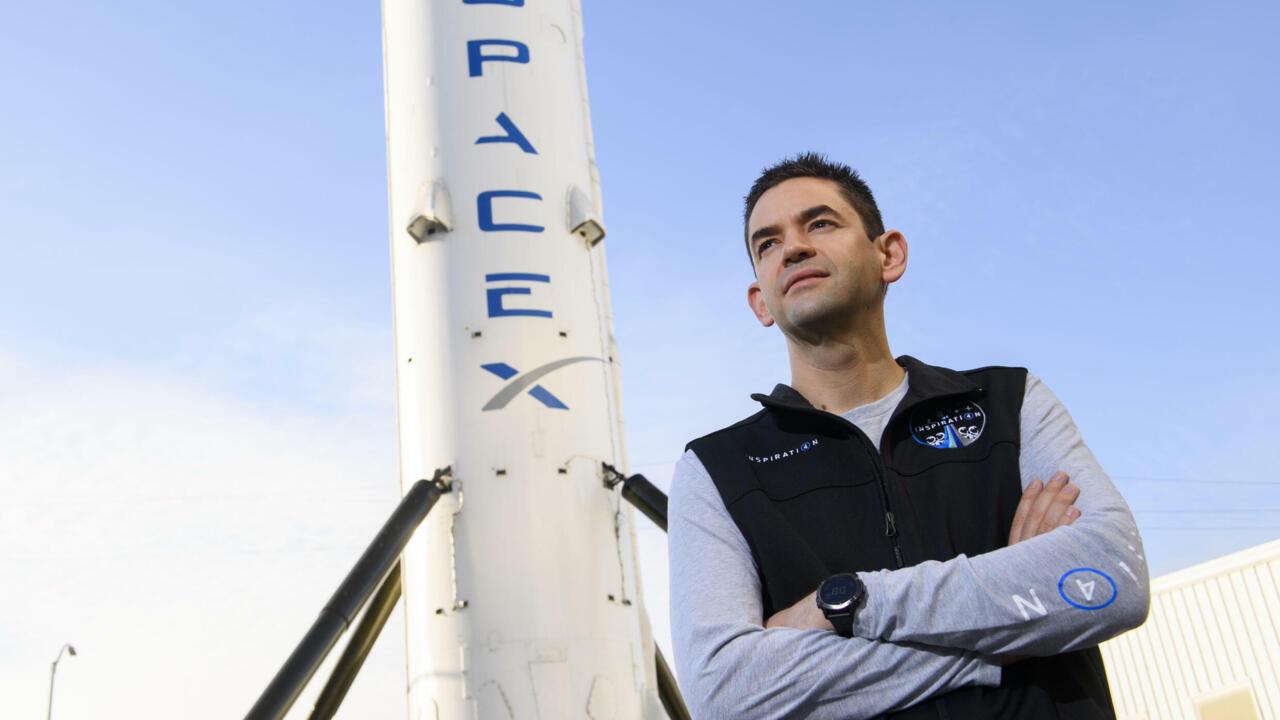 Serenos, los primeros turistas de SpaceX esperan su viaje al espacio en una 'furgoneta'