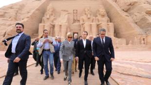 Le président français Emmanuel Macron et son épouse Brigitte visitent les temples d'Abou Simel, le 27 janvier 2019.  e