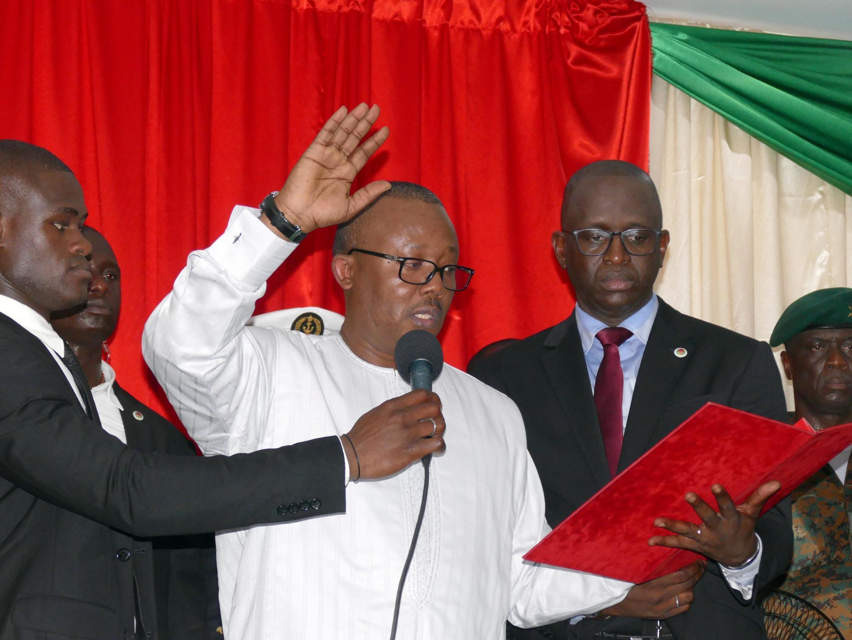 Presidente da Guiné-Bissau Umaro Sissoco Embaló, prestando juramento em Bissau, a 27 de fevereiro de  2020..