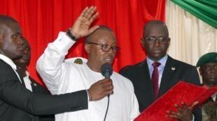"""Umaro Sissoco Embaló, na sua tomada de posse """"simbólica"""" como Presidente da Guiné-Bissau num hotel da capital a 27 de Fevereiro de 2020, reconhecido Presidente pela CEDEAO a 23 de Abril."""