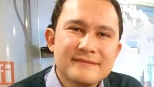 Pedro García Velásquez en los estudios de RFI