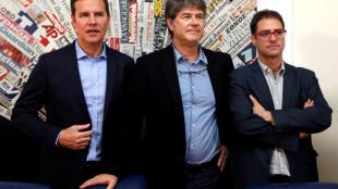 De gauche à droite, Juan Carlos Cruz, James Hamilton et José Andrés Murillo, victimes d'abus sexuels, lors d'une conférence de presse donnée à Rome, le 2 mai 2018.