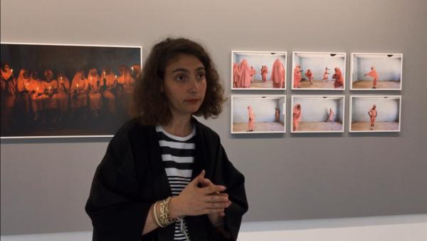 Jeanne Mercier, commissaire de l'exposition (visite virtuelle) « Croyances », devant les photos de Rahima Gabmo, à l'Institut des Cultures d'Islam (ICI).