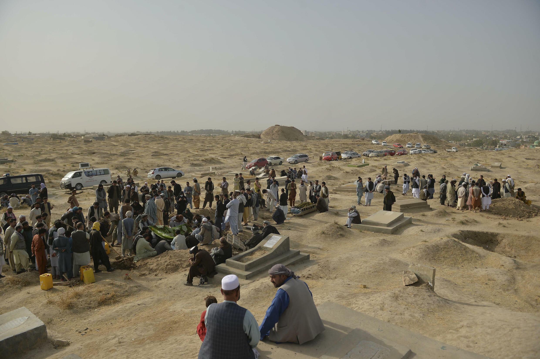 Familiares y amigos asisten al funeral de las víctimas del atentado suicida pereptrado el viernes contra una mezquita chiita de Kunduz, el 9 de octubre de 2021 en un cementerio de esa ciudad