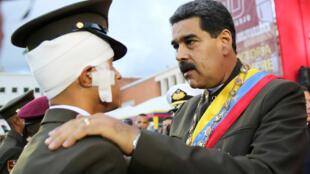 委內瑞拉國民衛隊成立80周年慶典上,總統馬杜羅與傷兵合照