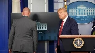 Le président américain Donald Trump interrompu dans sa conférence de presse à la Maison Blanche par les services secrets, le 10 août 2020.