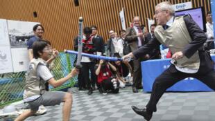 Le président du Comité international olympique (CIO) Thomas Bach en compagnie d'un écolier japonais pour un évènement organisé à un an des JO. Tokyo, ce mercredi 24 juillet 2019.