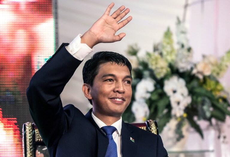 A Madagascar, Andry Rajoelina, le président sortant lors de la passation de pouvoir avec son successeur, Hery Rajaonarimampianina, le 24 janvier 2014.