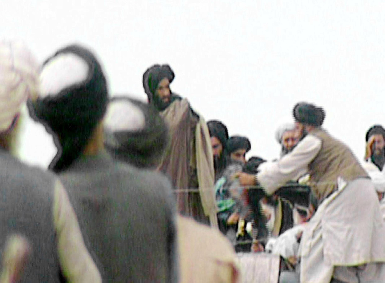 O mulá Omar, chefe espiritual dos Talibãs, cercado por suas tropas, em 1996.
