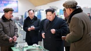 El líder Kim Jong Un  en una foto proporcionada por la angencia de noticias oficial KCNA en Pyongyang, 2 de marzo de 2016.