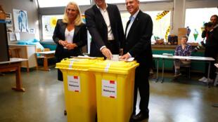 Markus Söder, le ministre-président de Bavière et tête de liste pour la CSU, et son épouse Karin Baumeller votent pour ces élections régionales à Nuremberg, le 14 octobre 2018.