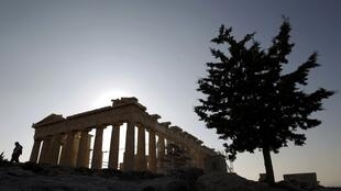 Turista caminha no Partenon da Acrópole de Atenas.