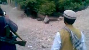 Capture d'écran de la vidéo montrant l'exécution d'une femme afghane par son mari, diffusée le 8 juillet 2012.