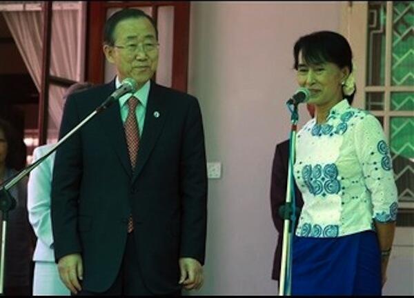 Kiongozi wa Upinzani Nchini Myanmar Aung San Suu Kyi akiwa na Katibu Mkuu wa Umoja wa Mataifa UN Ban Ki Moon kwenye mkutano wa waandishi wa habari uliofanyika huko Yangon