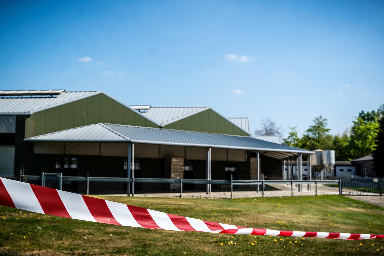 Cordon de sécurité à la ferme à vison de Beek en Donk dans l'est des Pays-Bas, après la contamination de deux de ses bêtes au Covid-19, le 16 avril 2020.