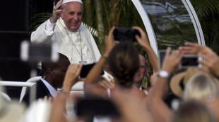 Papa Francisco emocionou fiéis durante sua primeira missa em Havana, neste domingo (20).