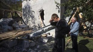 Жители Донецка возле дома, разрушенного обстрелом 07/10/2014