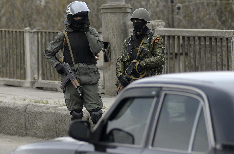 Неизвестные военные на въезде в Славянск Донецкой области 12 апреля 2014