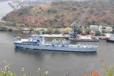 Tàu đổ bộ INS Airavat của Hải quân Ấn Độ neo tại cảng.