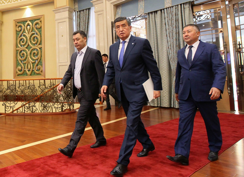 Слева направо: новый премьер-министр Садыр Жапаров, объявивший об отставке президент Сооронбай Жээнбеков и спикер парламента Канат Исаев на внеочередной сессии парламента в Бишкеке. 16 октября 2020 г.