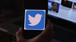 """Twitter suspendió las cuentas por violar su política contra organizaciones terroristas o extremistas violentos que se afilian o promueven sus """"actividades ilícitas"""", según la compañía"""