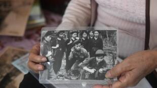 Bà Hoàng Thị Nở, cho AFP xem ảnh thời kỳ bà trong tiểu đội « 11 cô gái Sông Hương ». Ảnh chụp ngày 17/01/2018