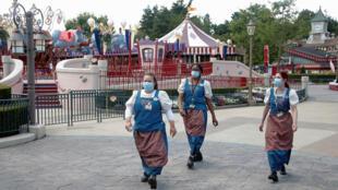 Empleados, con máscaras protectoras, trabajan en Disneyland París, en Marne-la-Vallee, cerca de París, mientras el parque temático se prepara para reabrir sus puertas al público tras el brote de la enfermedad coronavirus (COVID-19) en Francia, el 9 de julio de 2020. REUTERS/Charles Platiau