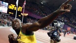 起跑枪声一响,博尔特跑出了9秒63的好成绩,他不仅卫冕成功,夺得金牌,还打破奥运会100米纪录。