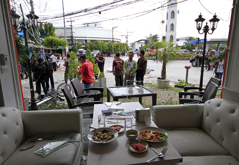 Nhân viên an ninh xem xét hiện trường một vụ đánh bom tại tỉnh Pattani (miền Nam Thái Lan) ngày 17/02/2013.