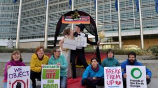 Ativistas protestam contra a fusão da Bayer com a Monsanto em frente à Comissão Europeia, em Bruxelas, em 30 de março de 2017.