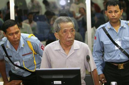 Kaing Guek Eav, alias Duch, lors de son avant-procès à Phnom Penh, le 5 décembre 2008.