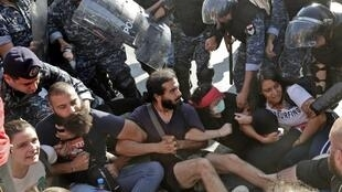 پلیس ضد شورش لبنان، درحال برخورد با معترضان مخالف دولت که در بیروت پایتخت این کشور معابر را مسدود کردهاند. پنجشنبه ۹ آبان/ ٣١ اکتبر ٢٠۱٩