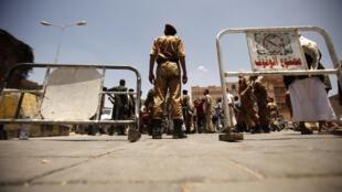 Exército tenta proteger os prédios do governo em Sanaa, capital do Iêmen.