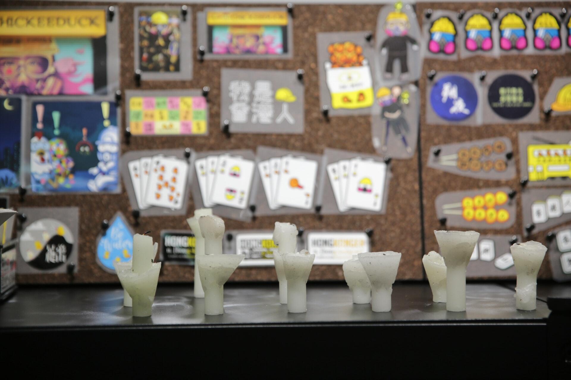 """香港艺术家黄国才收集的维园六四蜡烛,,他认为白色蜡烛是""""社会凋塑"""""""
