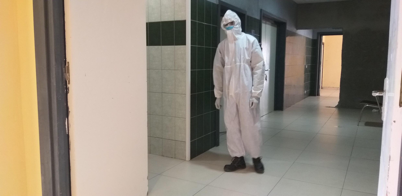 Jean-Marc dans sa tenue de travail, prêt à intervenir sur une personne décédée du Covid-19.