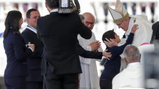 O Papa Francisco abraçou Lucas, a criança que terá sido salva pelos pastorinhos