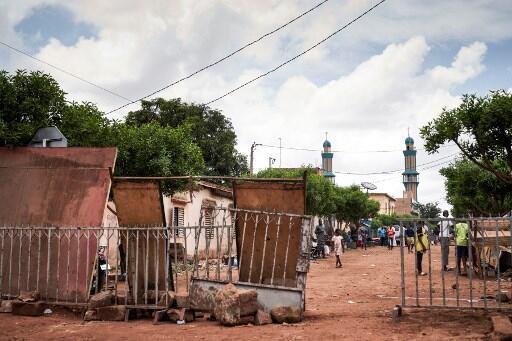 Vizuizi vimewekwa karibu na msikiti ambapo Imam Dicko aliongoza sala kwa waathiriwa wa machafuko ya siku mbili zilizopita huko Bamako.