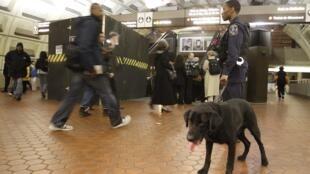 Một nhân viên cảnh sát đang làm nhiệm vụ tại một trạm xe điện ngầm ở Washington.
