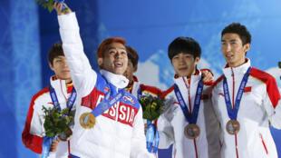 Viktor Ahn célèbre sa médaille d'or au relais devant les Chinois, médaillés de bronze à Sotchi.