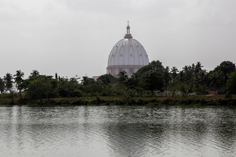 De tous les endroits de Yamoussoukro, on peut apercevoir la coupole blanche et majestueuse de la basilique Notre-Dame de la Paix.