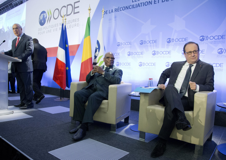 Presidente francês, François Hollande, e o homólogo maliano Ibrahim Boubacar Keïta, Paris