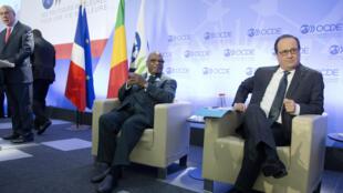 Le président français, François Hollande, et son homologue malien Ibrahim Boubacar Keïta, Paris au siège de l'OCDE, le 22 octobre 2015.