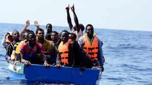 Migrantes salvos pelo navio Aquarius no mar Mediterrâneo