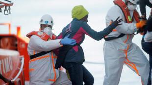 یک زن توسط گروهای نجات اسپانیایی به ساحل مالاگا منتقل میشود