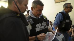 Les inspecteurs des Nations unies en Syrie, lors de la visite de l'un des sites supposés d'une attaque chimique, dans la banlieue de Damas, le 28 août 2013.
