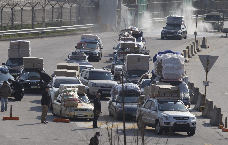 Les Sud-Coréens quittent le complexe industriel de Kaesong, le 27 avril 2013.