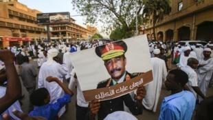 Rassemblement à Khartoum, le 31 mai 2019, en soutien au chef du Conseil militaire, le général Abdel Fattah al-Burhan avec le slogan «Al-Burhan, la confiance est là».
