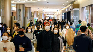 Người dân Hàn Quốc đeo khẩu trang tránh lây nhiễm Covid-19 tại một khu thương mại ở Seoul, ngày 30/04/2020.