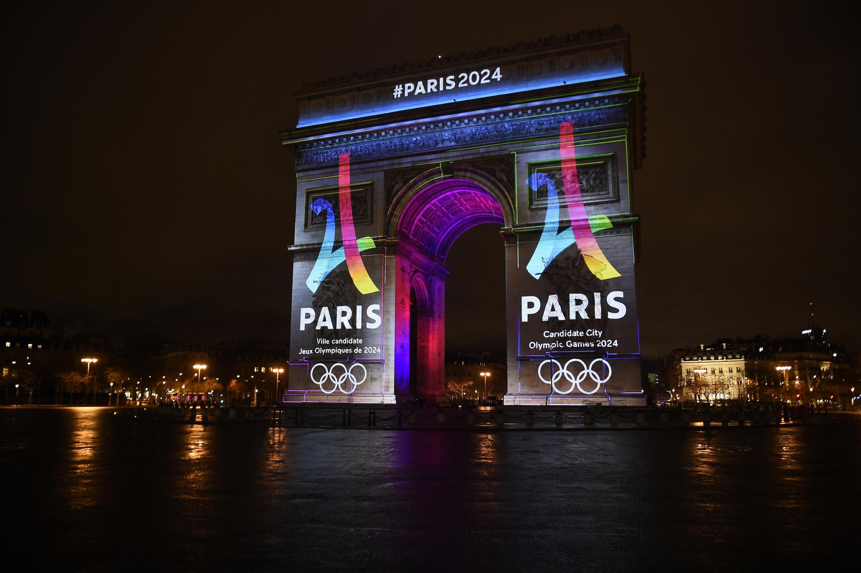 Logo da candidatura da capital francesa aos Jogos Olímpicos de 2024 será exibido todas as noites, durante os próximos 18 meses.
