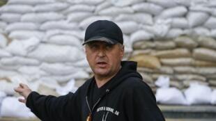 Viatcheslav Ponomarev diante da barricada de sacos de areia na entrada da prefeitura de Slaviansk, controlada pelos pró-russos, neste 20 de abril de 2014.